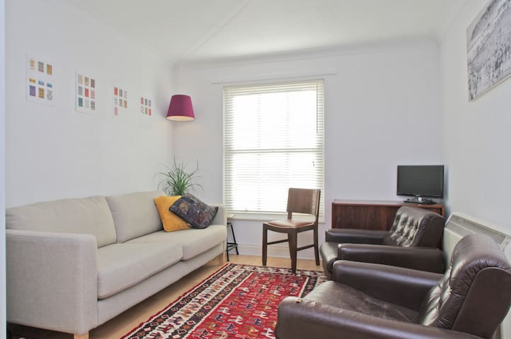 Cute apartment, 2 stops to West End