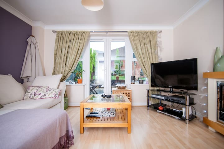 A lovely room in a friendly house. - Cradley Heath - Casa