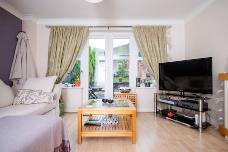 A lovely room in a friendly house. - Cradley Heath - Ev