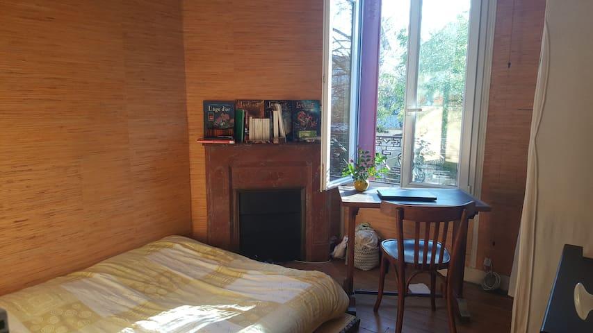 Chambre dans maison avec jardin