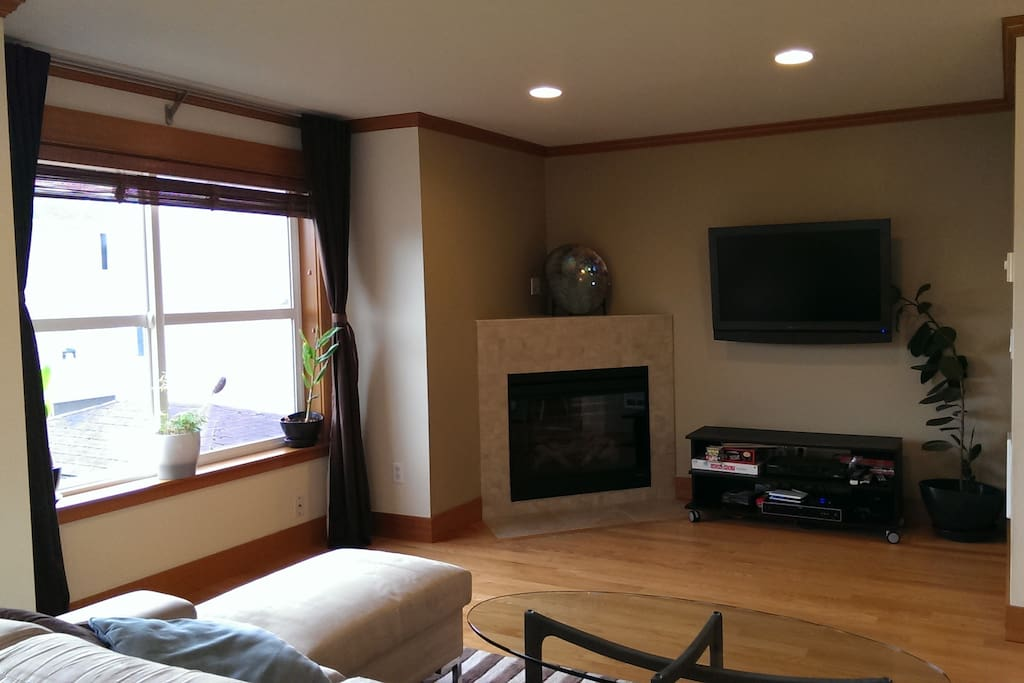 Living room with 45 inch TV, fireplace, bluray player, cable, wireless internet / wifi
