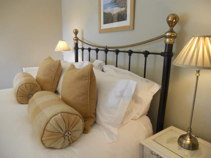 Luxury  farmhouse bed & breakfast with sea views