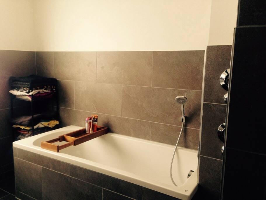 Das Bad mit Wanne