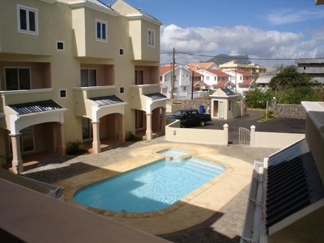Triplex with pool guard houses for rent in flic en for Campement a louer a maurice avec piscine