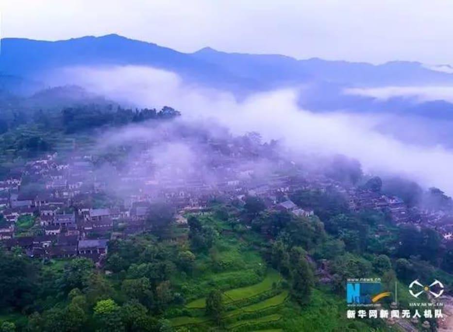 云遮雾罩中的千年瑶寨