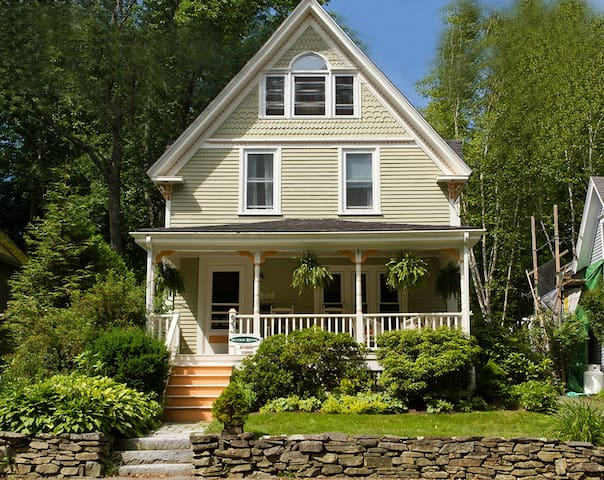 Classic Maine cottage on best street in town! - Camden - House