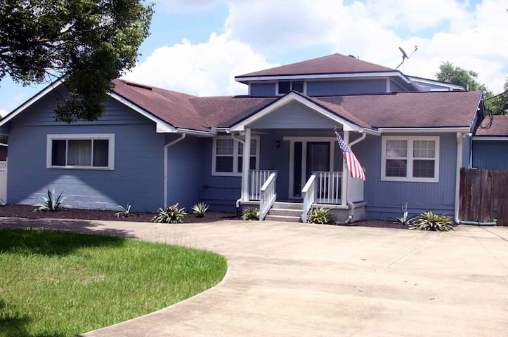 Enormous 4 Bedroom House  3400 Sq. Feet. Private Driveway/Parking