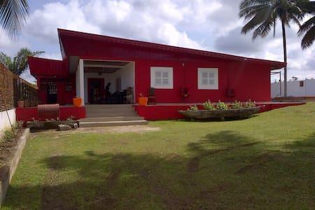 Charmante maison avec piscine à 100m plage - Kribi - Hus