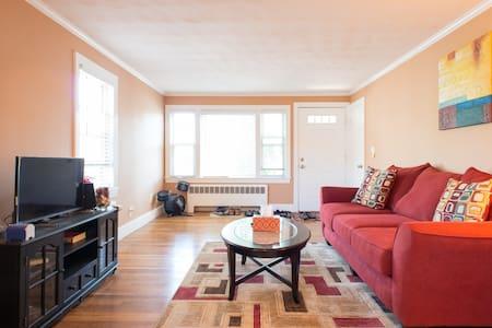 Cozy room with private bath! - Belmont - Casa