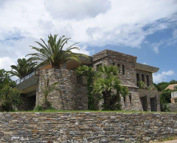 Rez-de-jardin villa en pierres, bord de mer