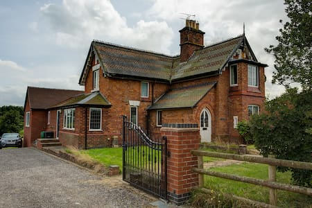 Private Suite in Country House - Chester - House