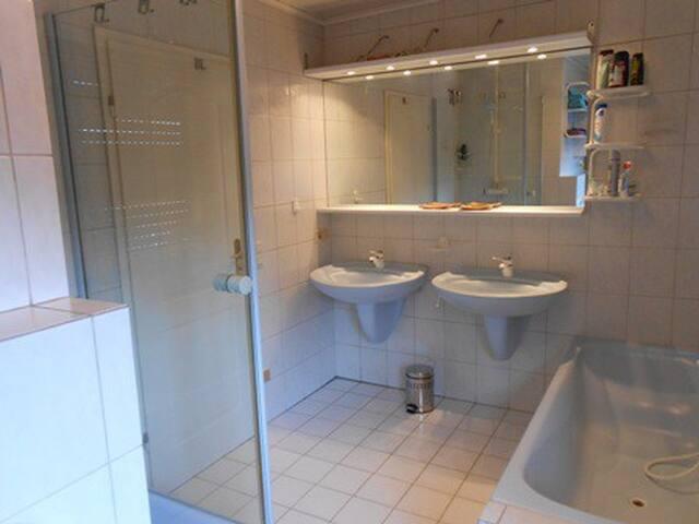 RheinBurgenWeg Bad mit Dusche, Wanne, WC, BD, 2 Waschbecken