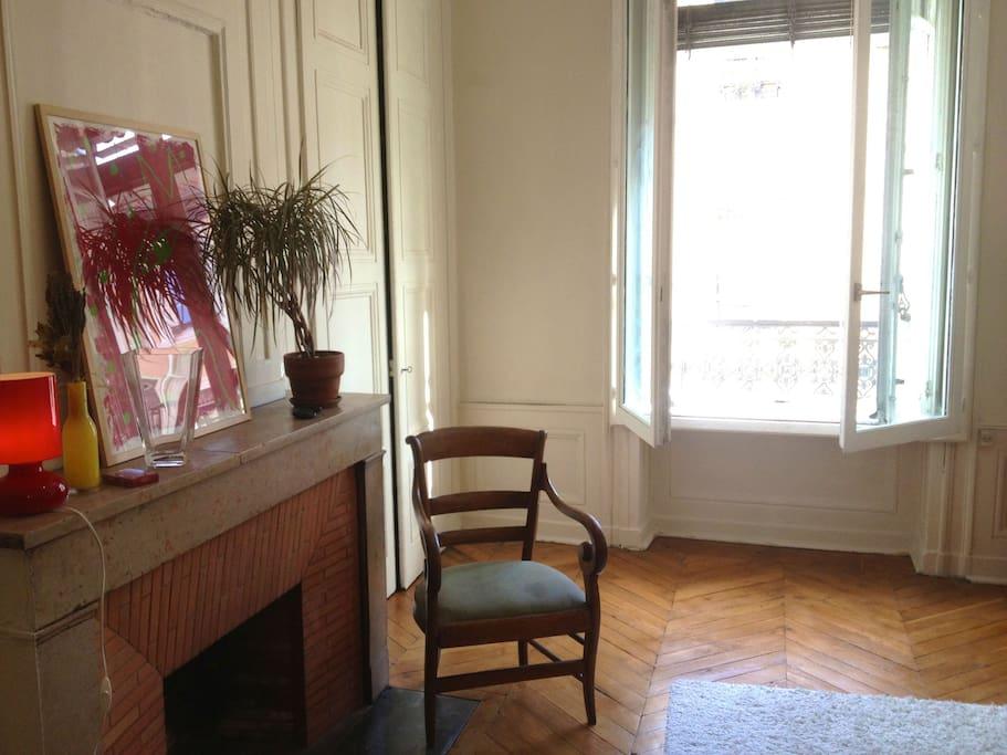 Deuxième vue de la première chambre (équipée de deux fenêtres pour isoler du bruit) / two windows so that there is no noise