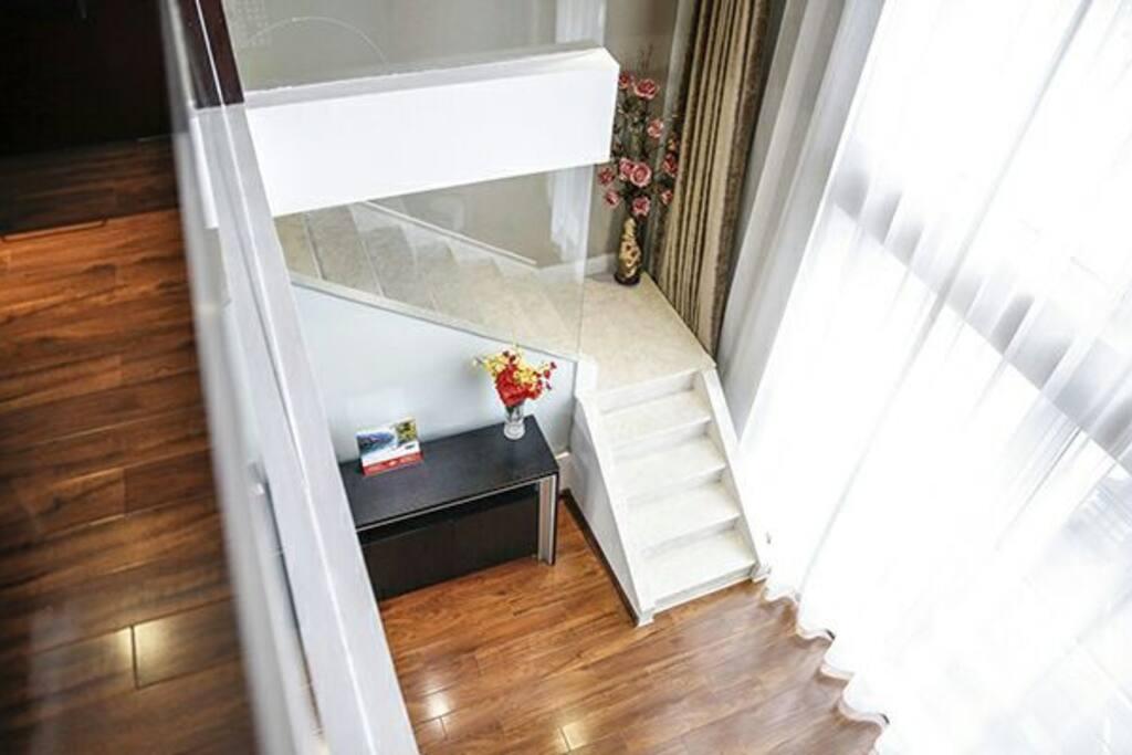 楼梯,请注意窗帘请使用遥控器控制