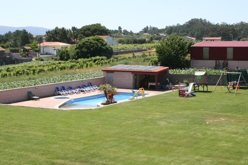 Zona piscina, parque infantil y jardín