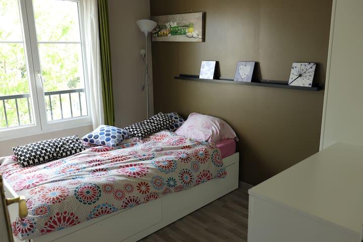 Chambre Lit Simple dans Maison Calme
