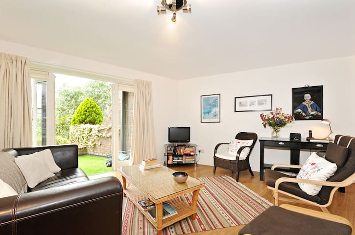 ★Spacious Riverside Apartment - Balcony & Parking★