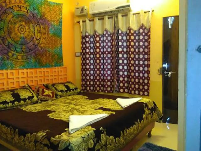 A.C Deluxe Double Bed With Balcony (104) - Varanasi - Bed & Breakfast