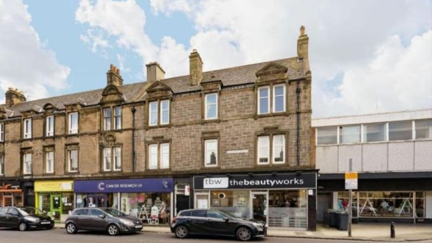 Centrally located Corstorphine Apartment
