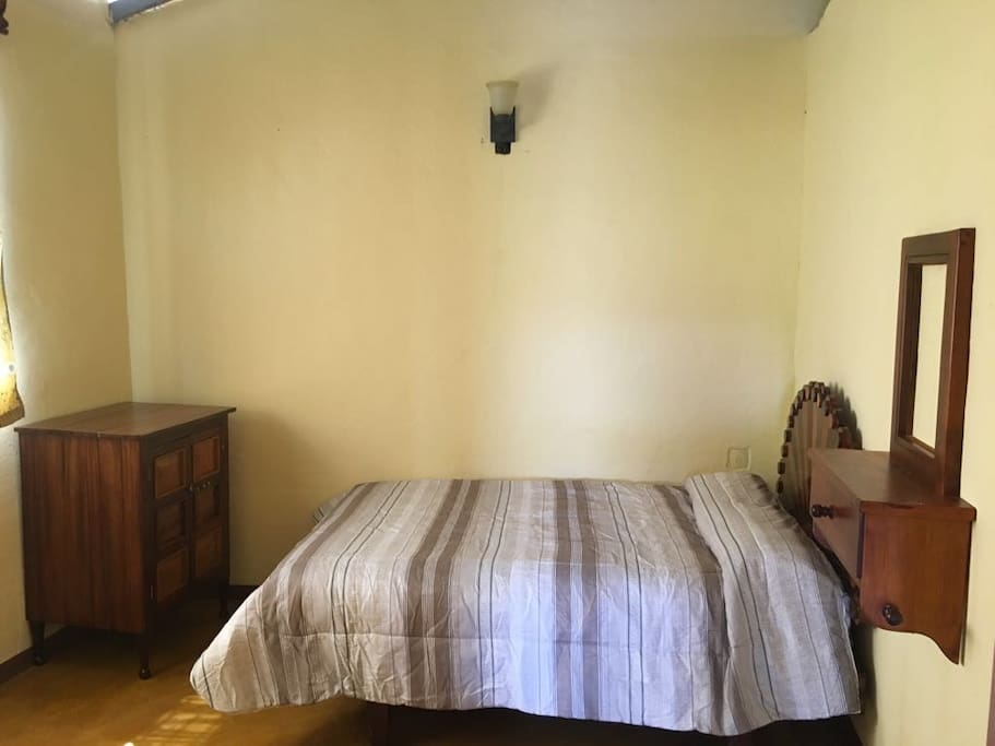 Habitacion secundaria, cuenta con cama matrimonial y una cama individual.