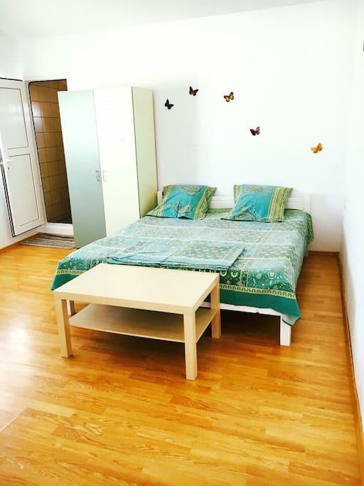 Dormitor pentru 3 persoane, cu balcon.