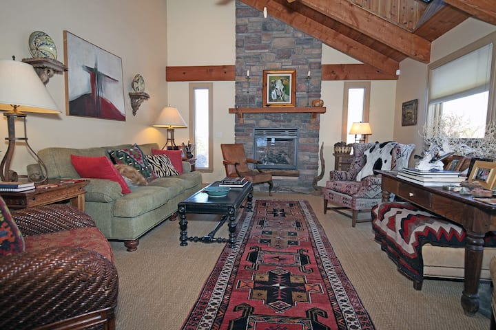 Luxury Home - Outdoor Space with Fire Pit - Great Views - Air Conditioning!