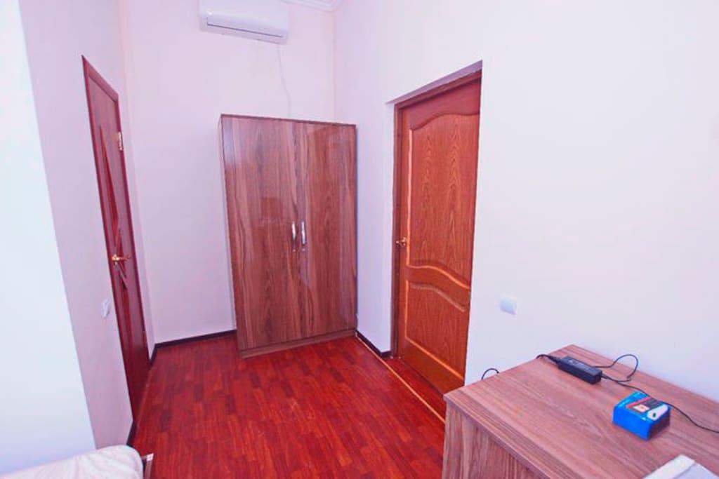 двухместный номер  -санузел в номере; -2 одностальные кровати; -триколор TV; -кондиционер