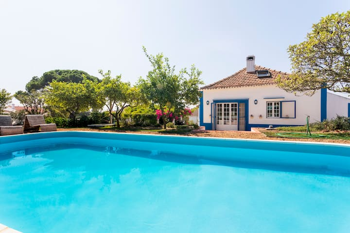 Cottage with Pool,Gourmet BBQ,Wood Oven&Games Barn