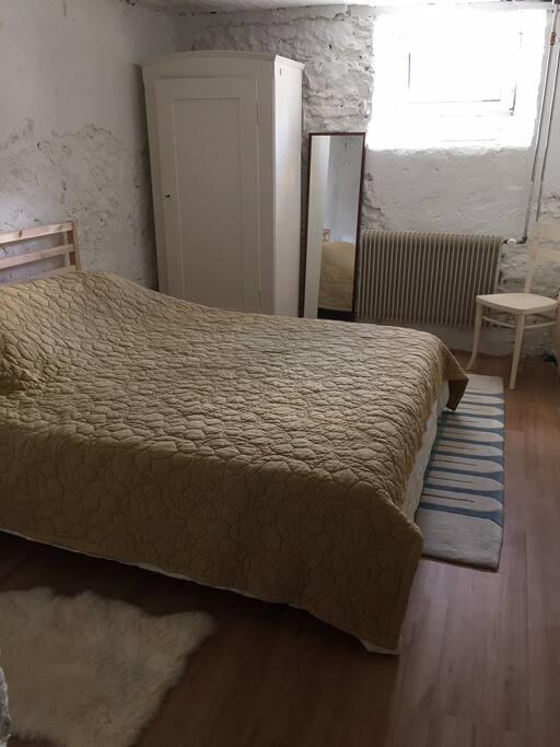 Petite chambre au sous-sol, mais lumineuse.
