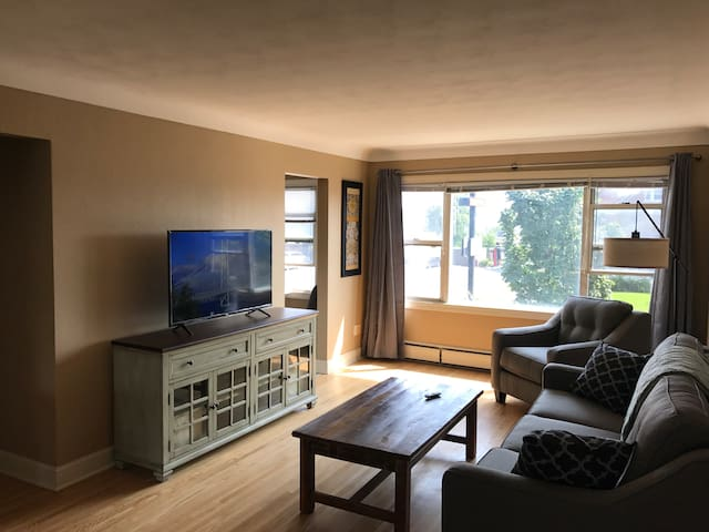 Private 2BR W. 7th Apt near Downtown St. Paul, MSP
