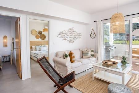 Euphoria Luxury Apartment with Jacuzzi & Barbecue!