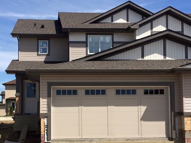 Cozy 4 bedroom, 3 bathroom home - Spruce Grove  - Hus