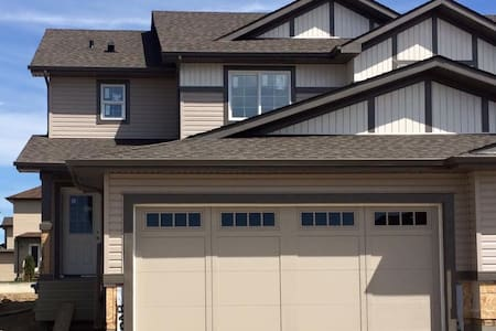 Cozy 4 bedroom, 3 bathroom home - Spruce Grove  - Huis