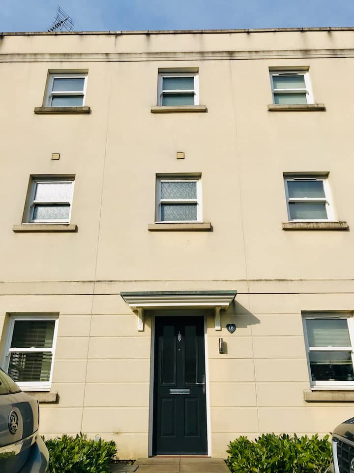 Homely Townhouse 7 minutes from Racecourse!