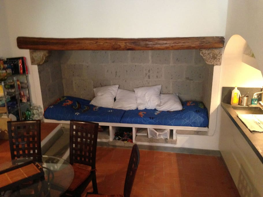 Il grande camino usato come sofa'/letto (due bimbi o un adulto