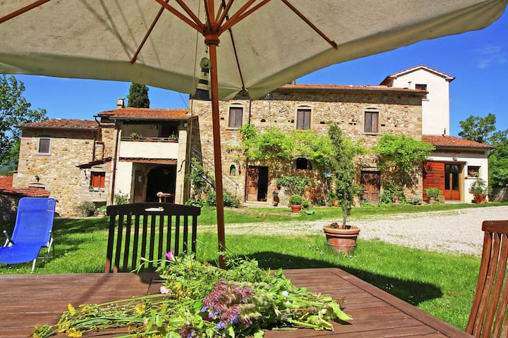 Ferienwohnung in rustikalem Haus mit einem Garten, ganz in der Nähe kleiner mittelalterlicher Dörfer