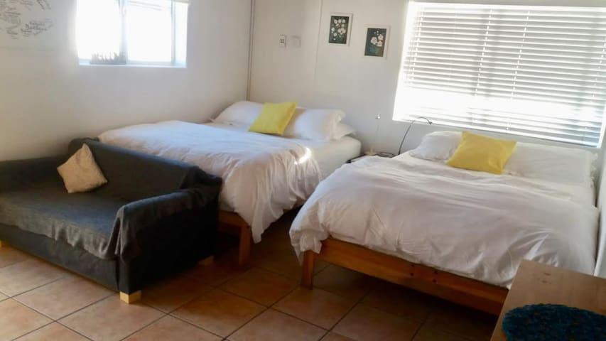 COZY STUDIO / 2 queen beds/washer/dryer /parking