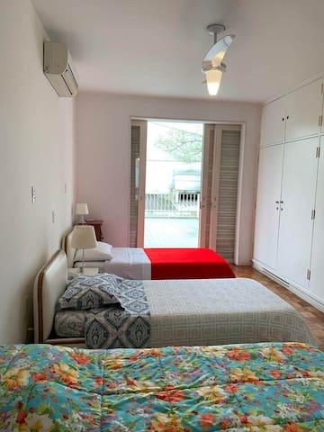 Suíte do terraço. Tinha uma cama de casal e uma de solteiro. Hoje são três camas de solteiro