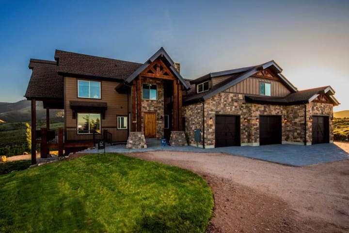 Huge mountain lodge w/ a wraparound deck & access to a shared pool & gym