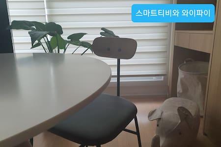 윤윤 스테이 수원컨벤션점 무료주차,티비와 와이파이 호수공원, 갤러리아백화점, 컨벤션센터