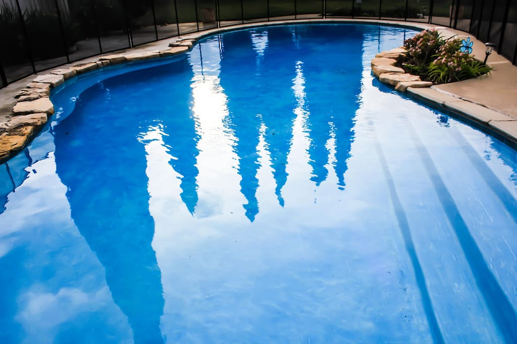 Large heated pool. Works well during the season from 2.5 ft upto 8 ft