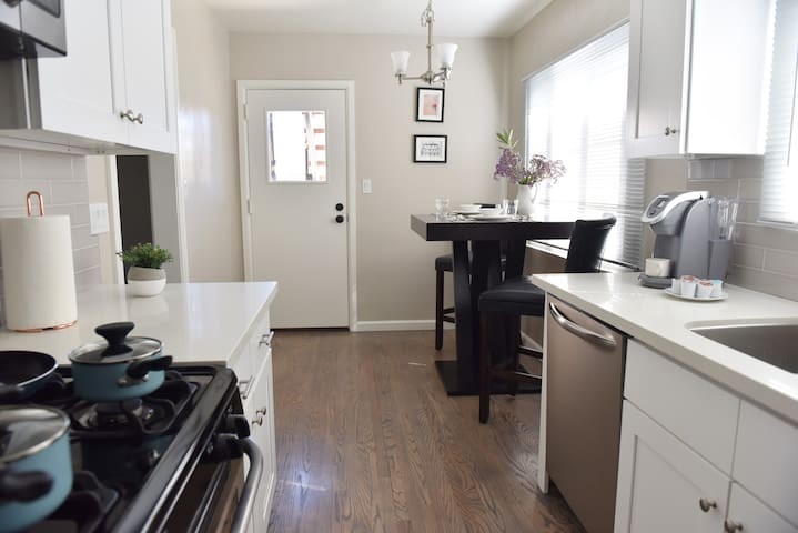 Renovated 1 Bed 1 Bath close to LAX & Beaches
