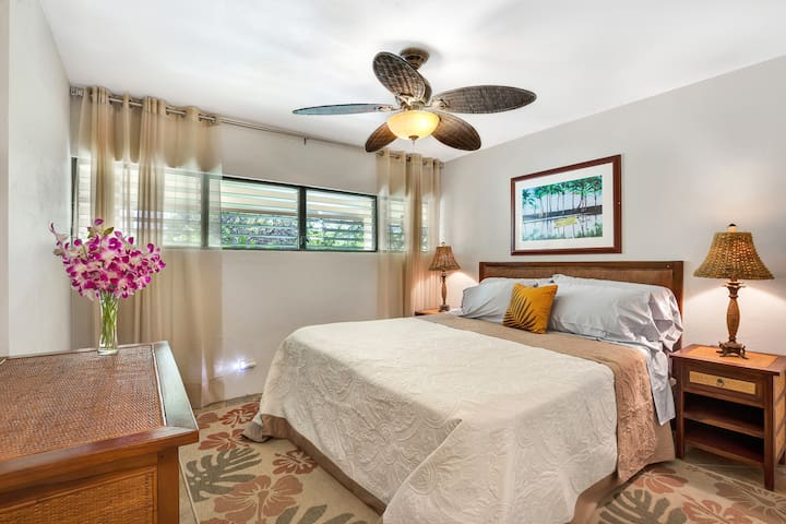 Lovely bedroom with king size memory foam mattress.