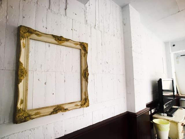 酒紅2-4人房(3F)/瑞豐夜市7分/WIFI/共享廚房/捷運巨蛋站12分/自助吧檯/無電梯.