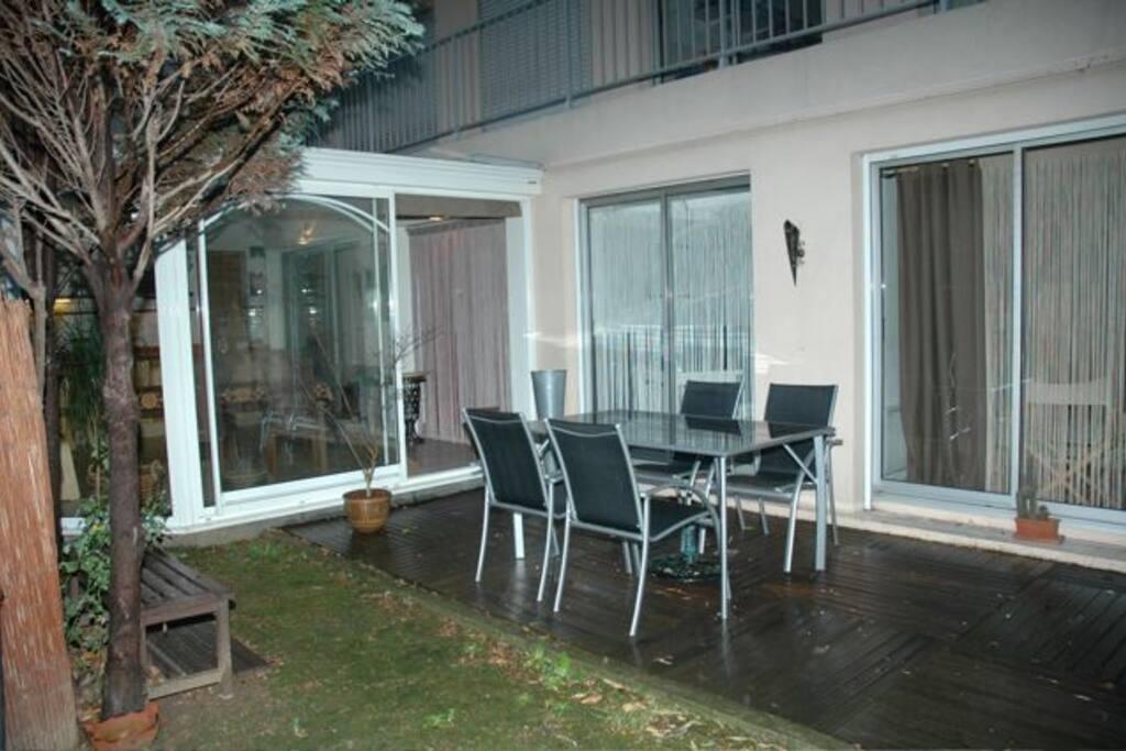 Terrasse sur jardin avec table et sièges de jardin
