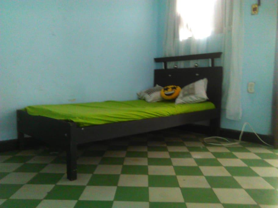 Cómoda y Fresca Habitación Privada en Casa Amplia. Para mayor información de esta habitación y otras comunicarse al número telefónico móvil y contacto WhatsApp +57 316 273 6870.