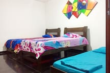 Habitación con 3 camas y baño interno.
