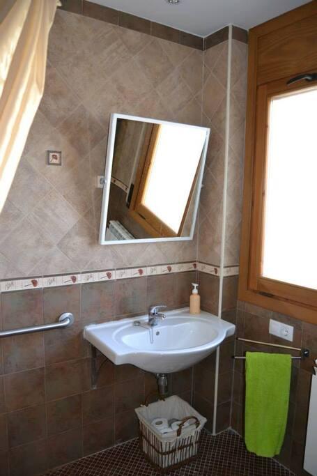Lababo del baño de la habiacion 1, adaptado para discapacitados