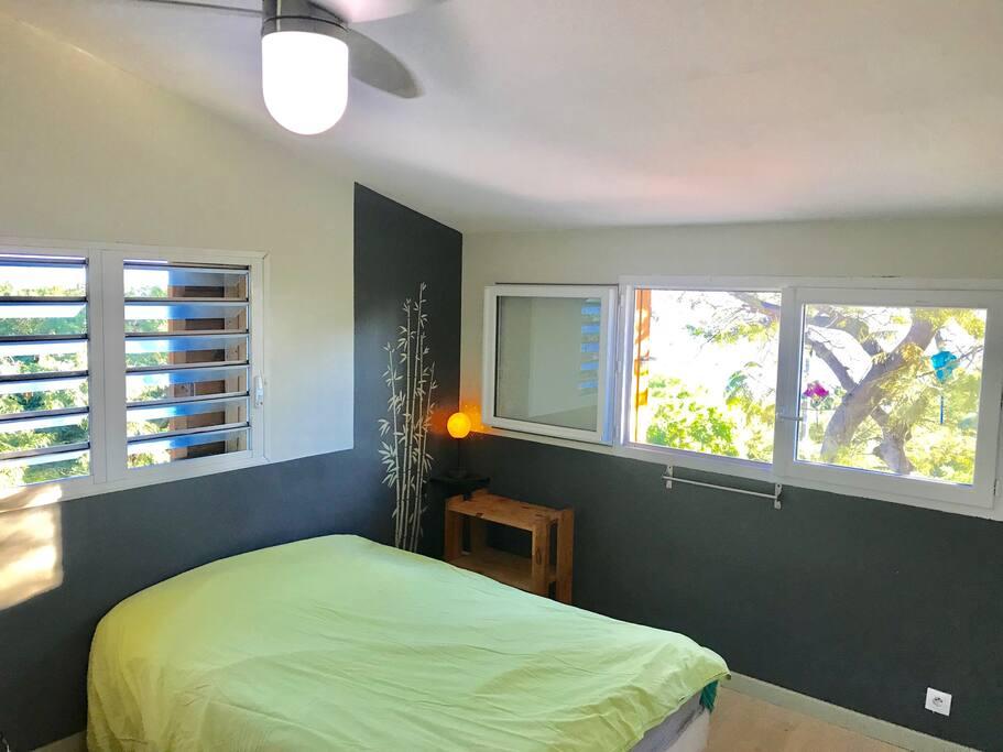 Deux grandes chambres lumineuses avec vue sur mer et ventilateur au plafond