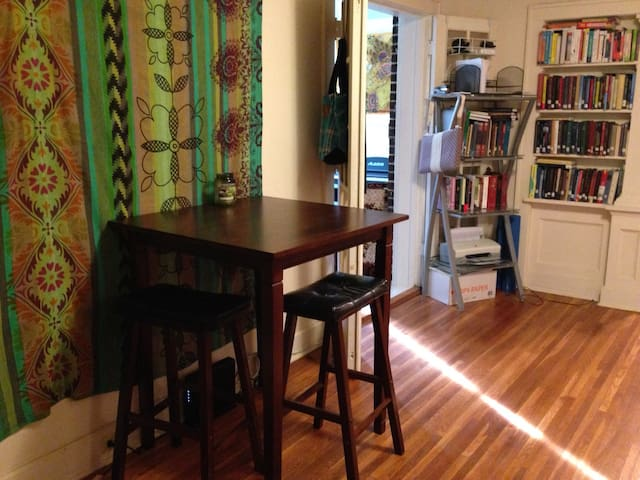 Quaint 1BD Apt in Downtown SC - State College - Lakás